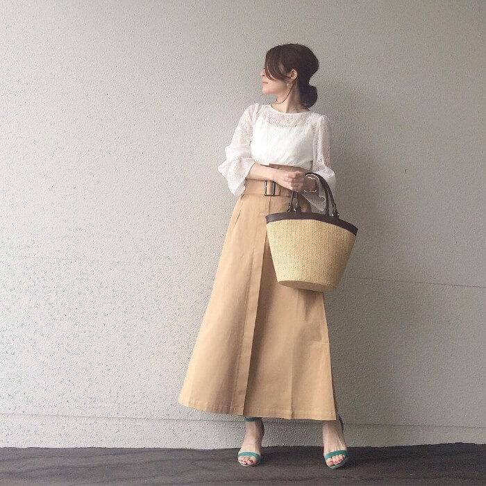 白ブラウス×ベージュチノロングスカートのコーデ画像