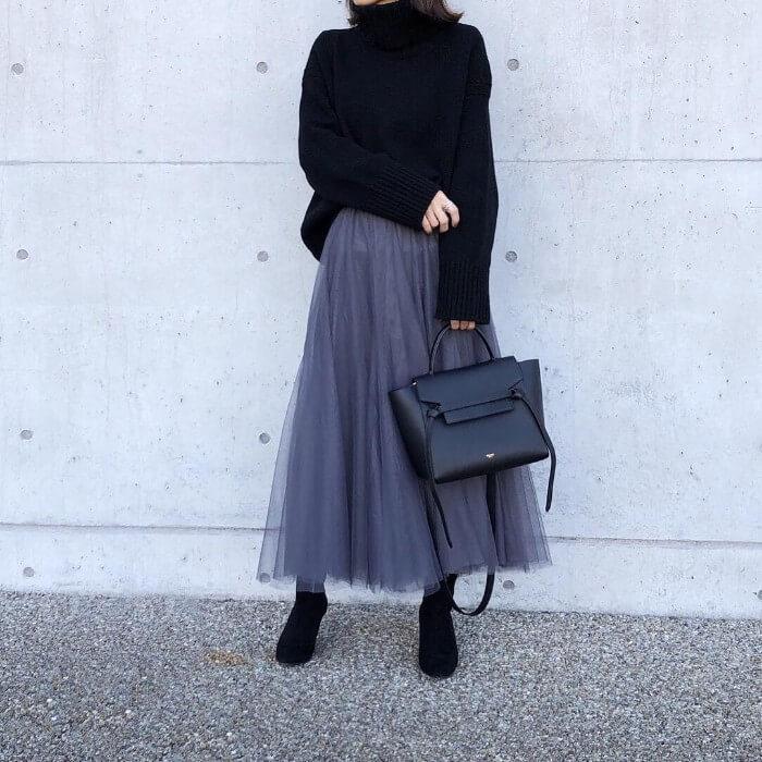 黒ニット×グレーチュールスカートのコーデ画像