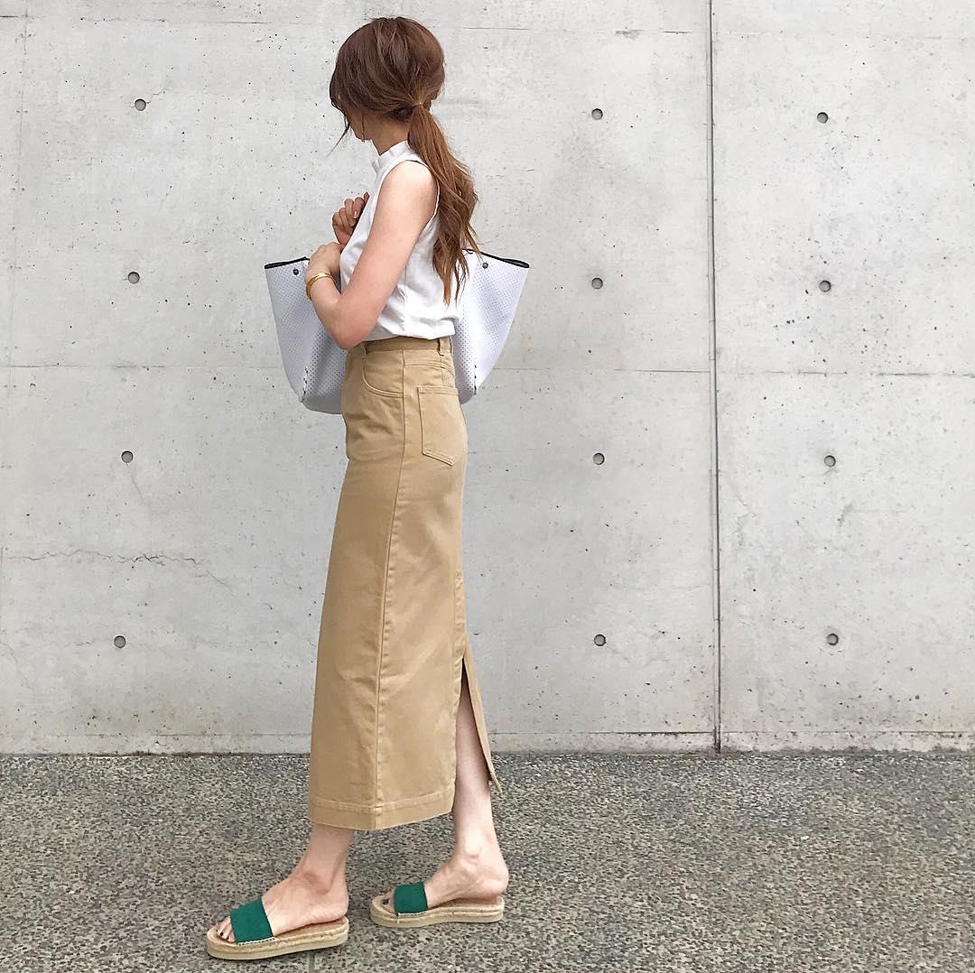 スリット入りロングスカートのアラサーファッション画像