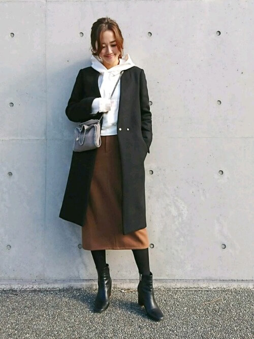黒コート×白パーカー×茶色タイトスカートのコーデ画像