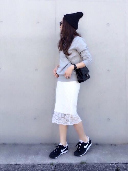 白レーススカート×カジュアル小物のコーデ画像