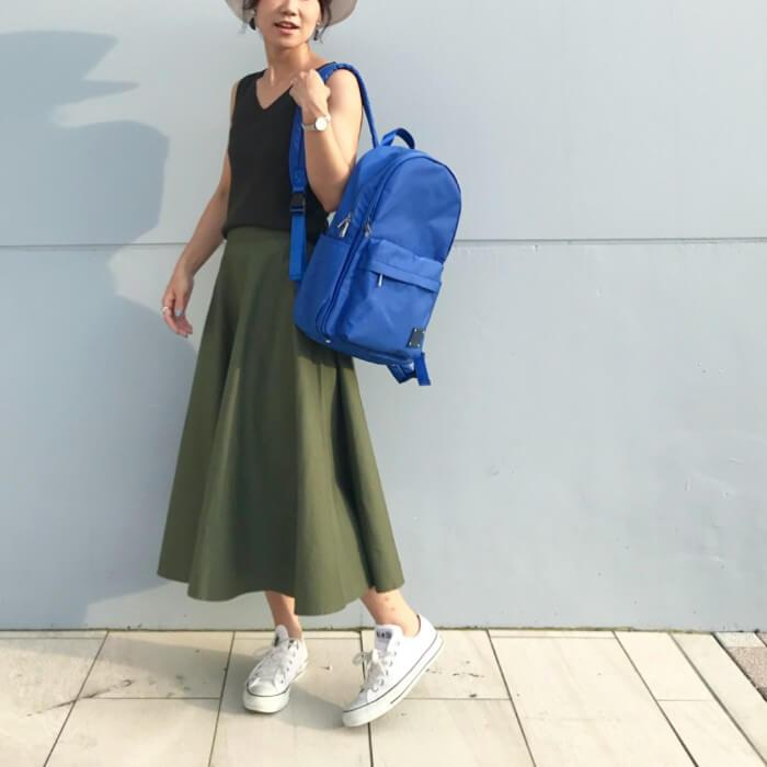 カーキ色フレアスカート×青小物のコーデ画像
