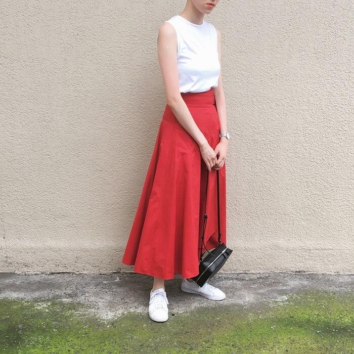 鮮やかな赤タフタスカートのコーデ画像