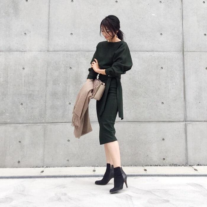 セットアップのタイトスカート×ショートブーツのコーデ画像
