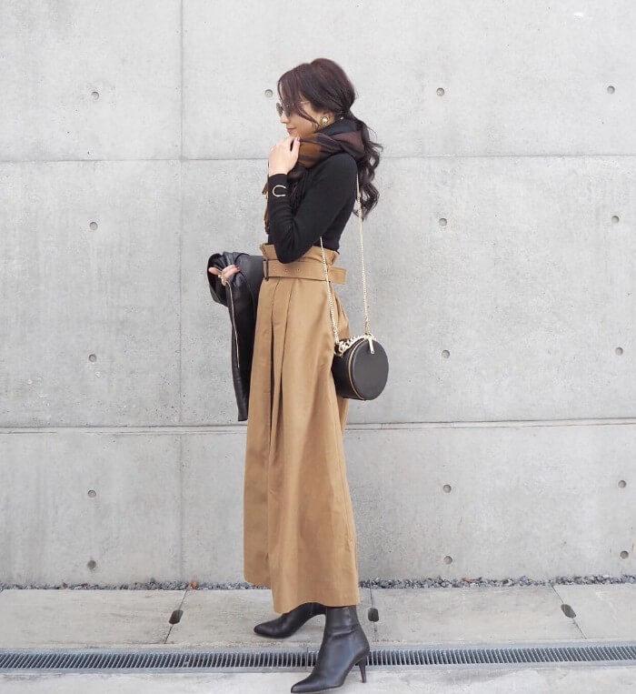 ベージュフレアスカート×黒ブーツのコーデ画像