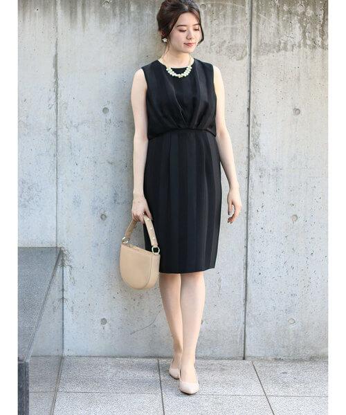 黒ドレス×ベージュパンプスのコーデ画像