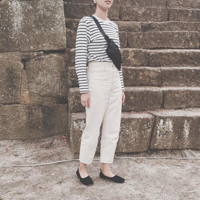 ボーダーロングTシャツ×白パンツのコーデ画像