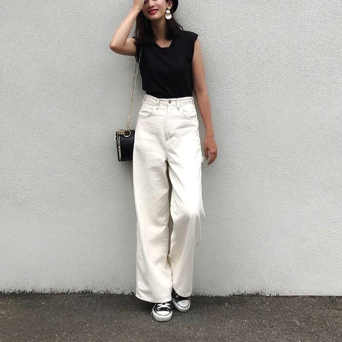 白パンツと黒スニーカーのコーデ画像