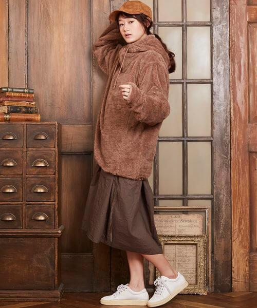 茶色ボアパーカー×茶色フレアスカートのコーデ画像