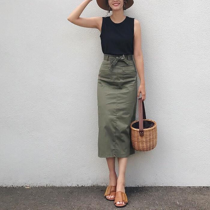 ミモレ丈カーキタイトスカート×黒ノースリーブのコーデ画像