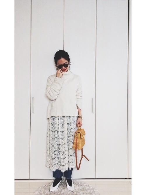 白レーススカート×カットオフデニムのコーデ画像