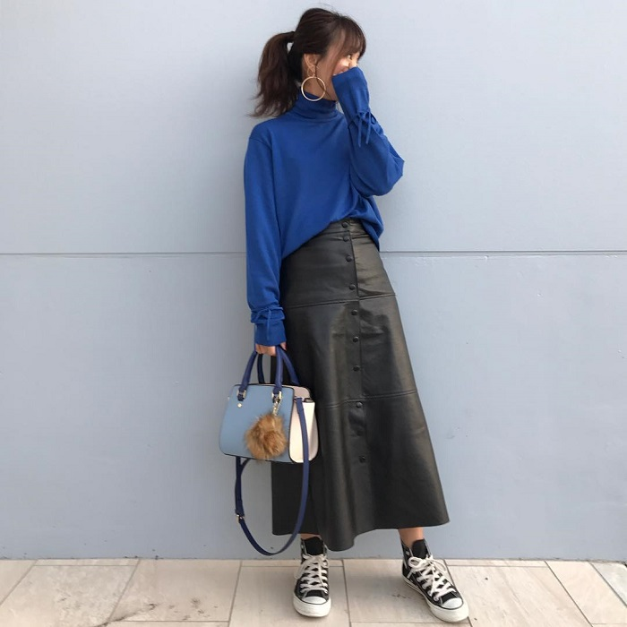 青ニット×黒レザースカートのコーデ画像