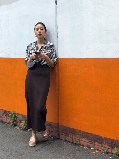 アロハシャツとタイトスカートのコーデ画像