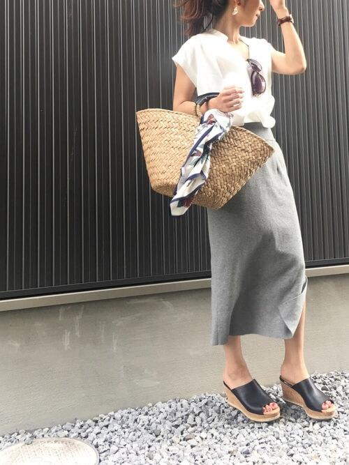 グレータイトスカート×白ブラウスのコーデ画像