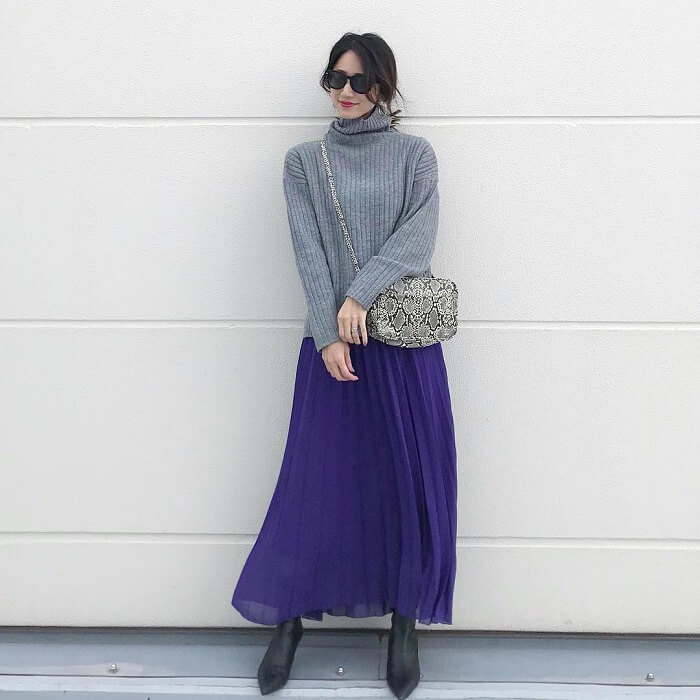 グレーのリブニット×パープルロングスカートのコーデ画像