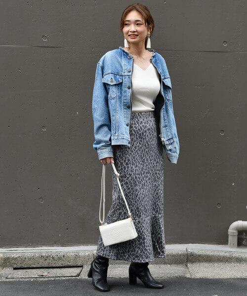 デニムジャケット×レオパード柄マーメイドスカートのコーデ画像