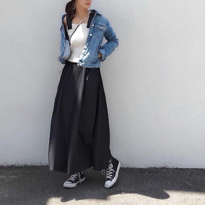 デニムジャケット(Gジャン)×ネイビースカートのコーデ画像