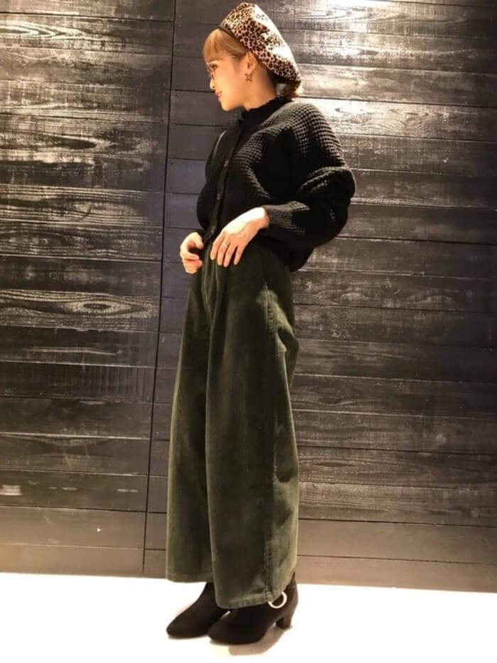 黒×グリーンのダークトーンコーデ画像