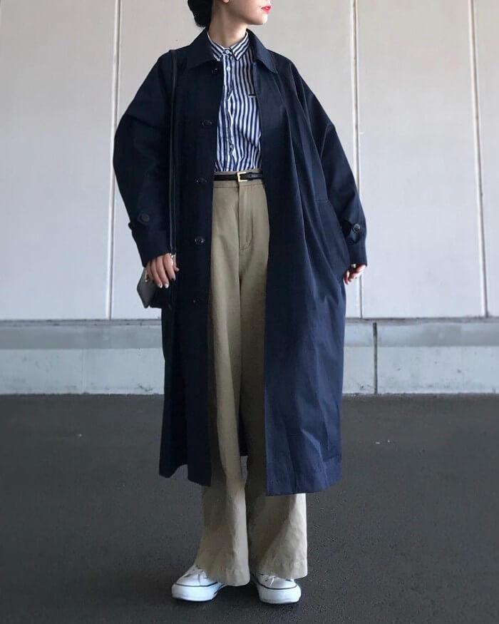 ネイビーステンカラーコート×ストライプ柄青シャツのコーデ画像