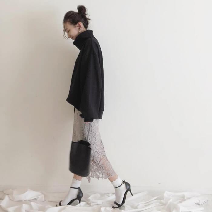 グレーレースタイトスカート×黒ゆるニットのコーデ画像