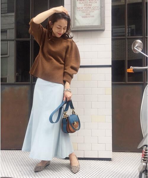 プルオーバー×サックスブルーマーメイドスカートのコーデ画像