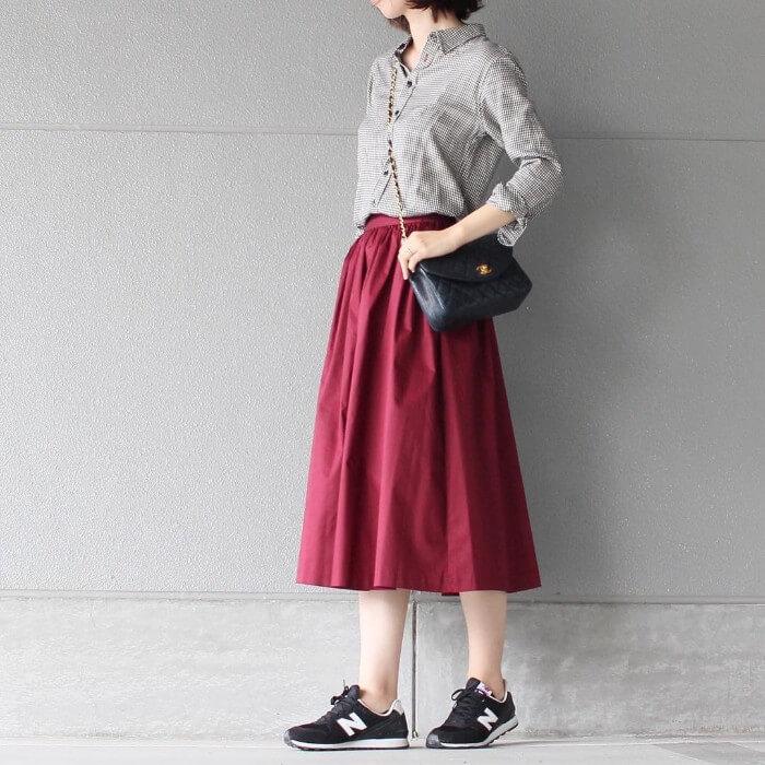 グレーシャツ×赤スカートのコーデ画像