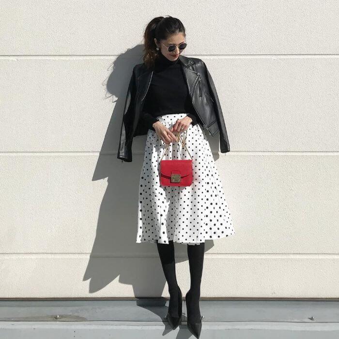 レザージャケット×白ドット柄スカート×赤バッグのコーデ画像