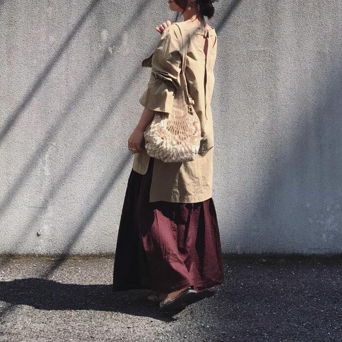 オーバーサイズのチュニックブラウスと茶色フレアスカートのコーデ画像