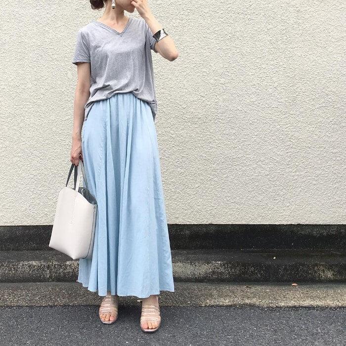 グレーTシャツ×水色マキシ丈フレアスカートのコーデ画像