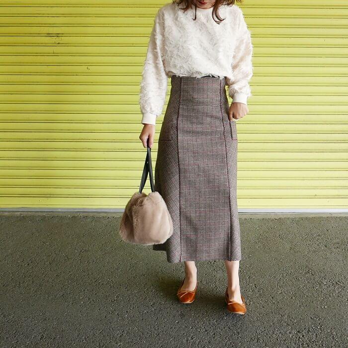白ニット×ベージュチェックロングスカートのコーデ画像