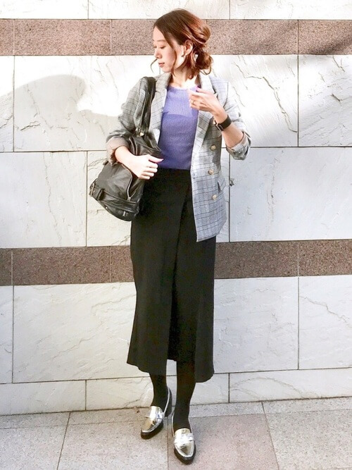グレージャケット×黒スカート×メタリックローファーのコーデ画像
