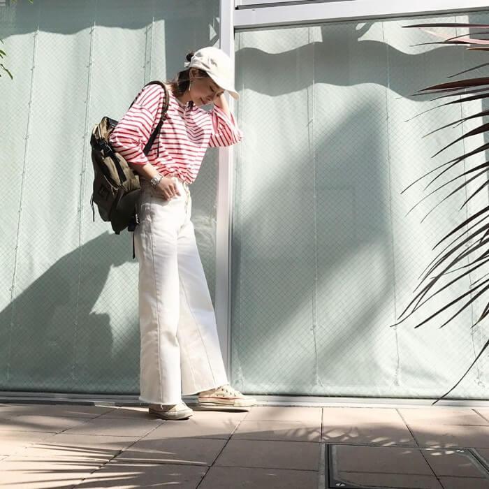 白キャップ×ボーダートップス×白ワイドパンツの春夏コーデ画像