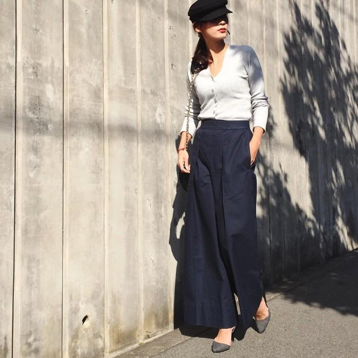 黒キャスケット×白カーディガン×ワインドパンツの帽子コーデ画像