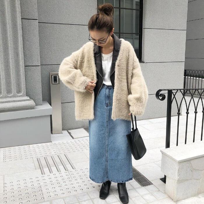 デニム素材のロングスカートとショートブーツのコーデ画像