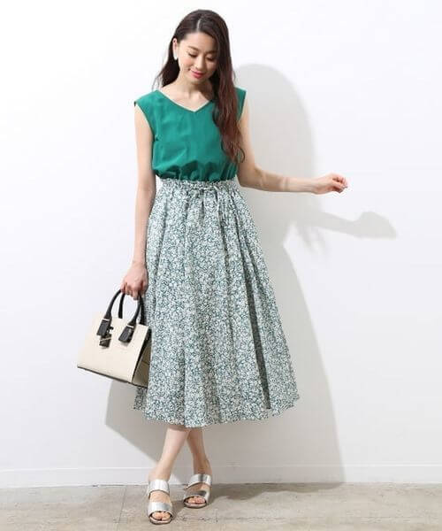 グリーントップス×同色花柄フレアスカートのコーデ画像