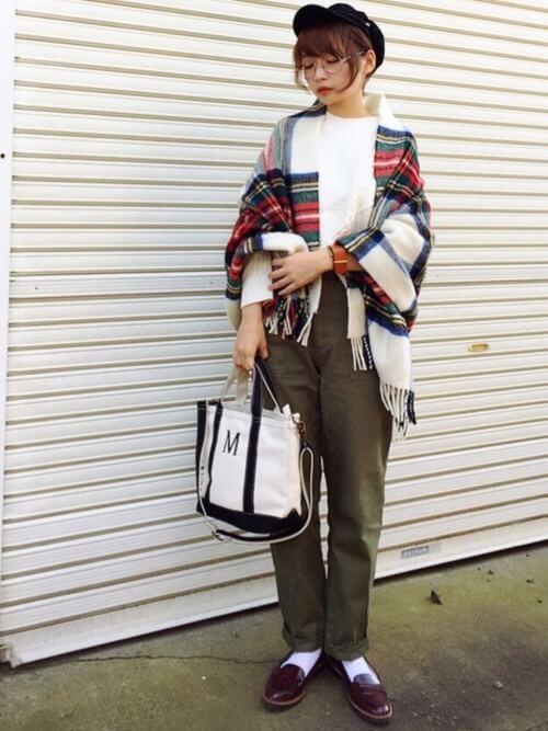 茶色コインローファー×白靴下×チェックストールの靴下コーデ画像