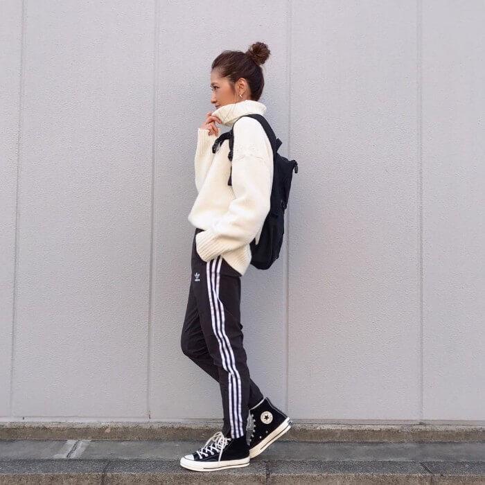 白タートルニット×黒ジャージパンツのコーデ画像