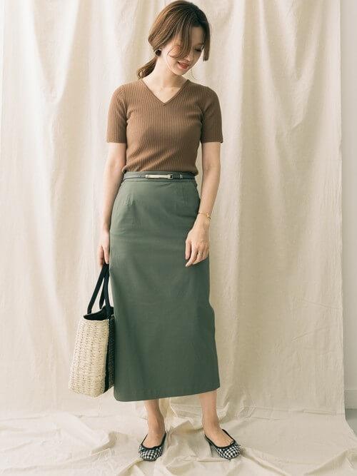 カーキタイトスカート×カーキリブニットのコーデ画像
