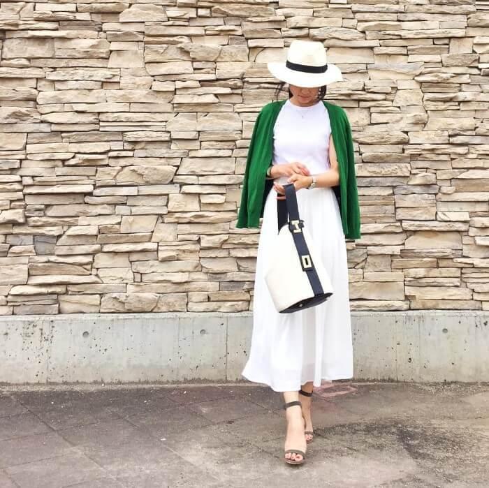 グリーン×白フレアスカートのコーデ画像