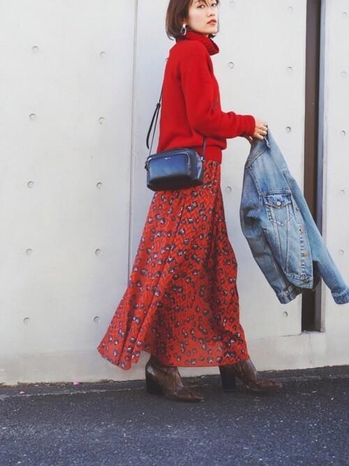 レッド ざっくりニット×レッド 花柄ロングスカートのコーデ画像