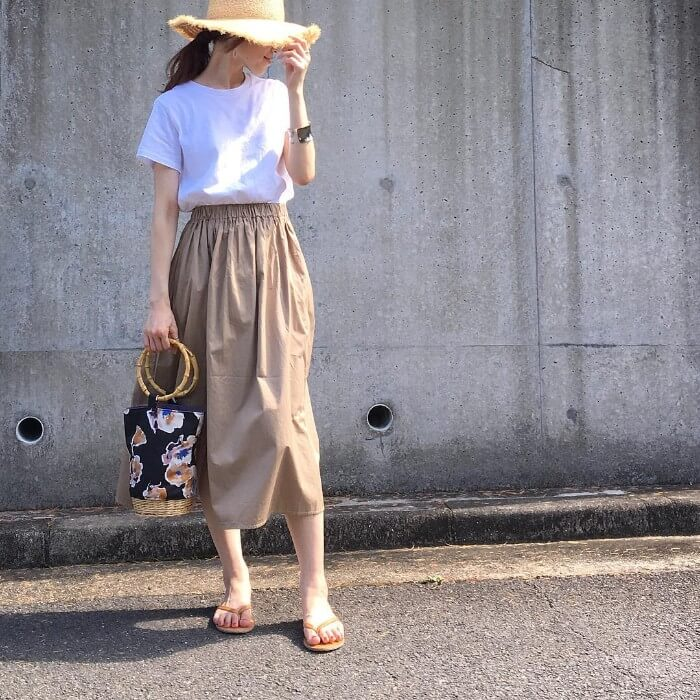 白Tシャツ×ベージュギャザースカートのコーデ画像
