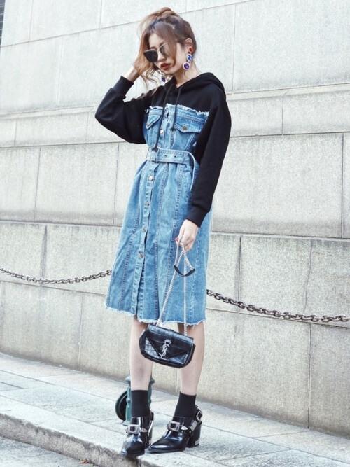 「90年代ファッション」らしいデニムワンピースのコーデ画像