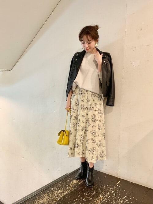 ライダースジャケット×オフホワイトトップス×花柄フレアスカートのコーデ画像