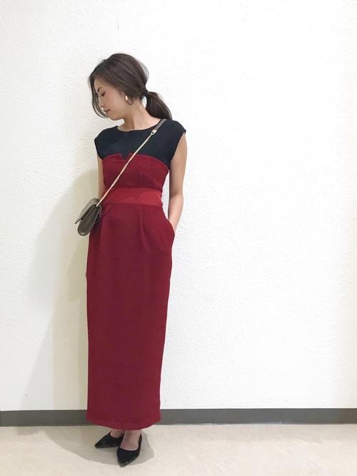 黒ノースリーブ×ベア型赤タイトスカートのコーデ画像