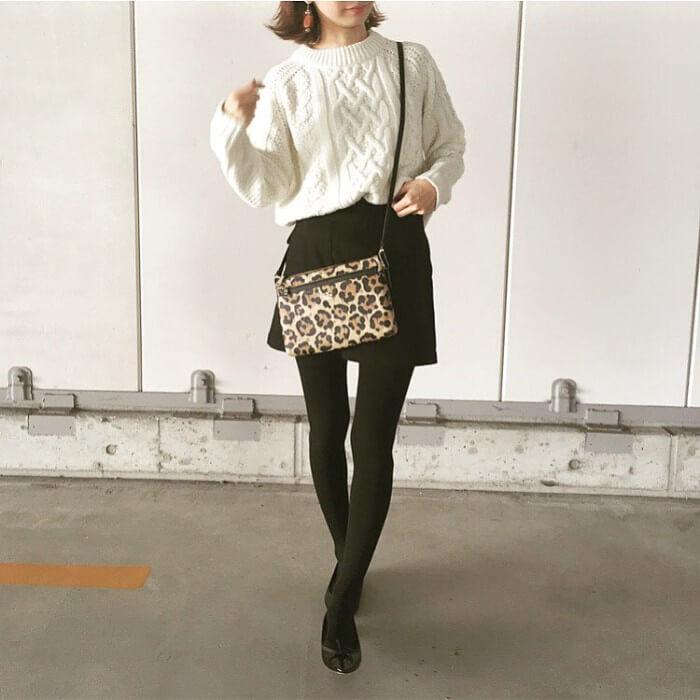 ケーブル編みニット×ミニ丈黒スカートのコーデ画像