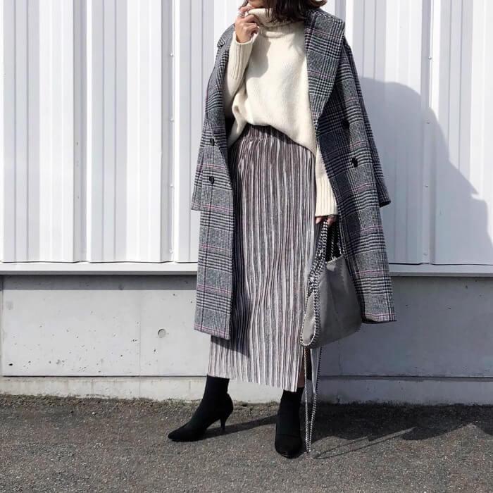 白ニットにグレー×グレーロングスカート&コートのコーデ画像