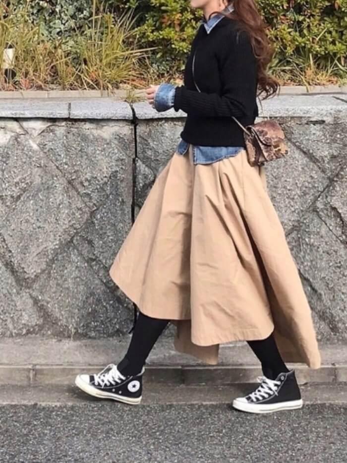 ベージュチノフィッシュテールスカート×デニムシャツ×黒ニットのコーデ画像