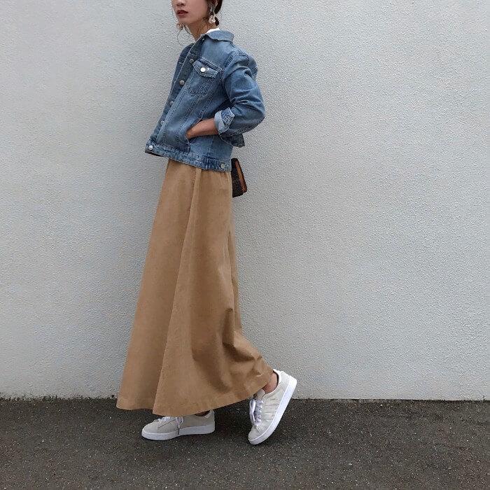 デニムジャケット×ベージュフレアスカートのコーデ画像