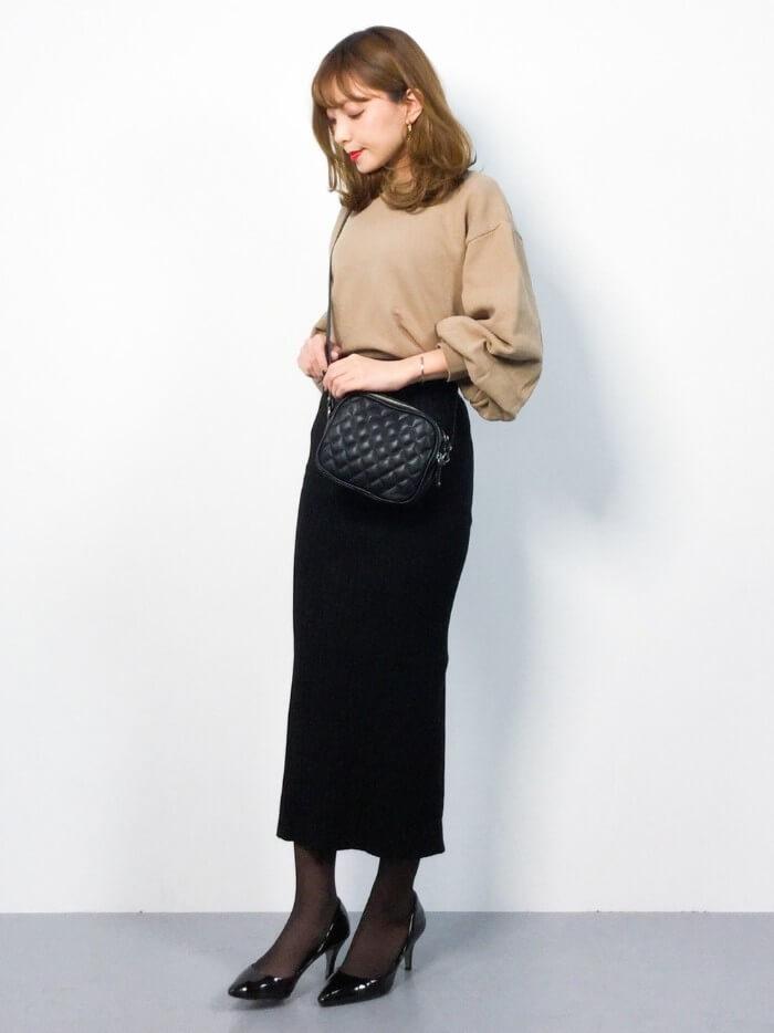 ふんわりトップス×黒タイトスカートのコーデ画像