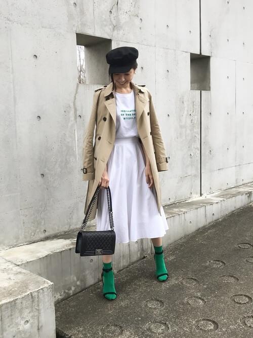 黒キャスケット×トレンチコート×白スカートの帽子コーデ画像